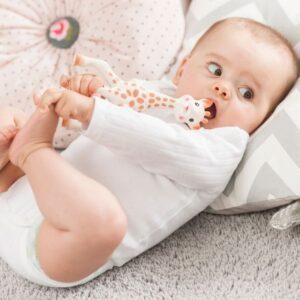 Bebé con su mordedor de Sophie la girafe