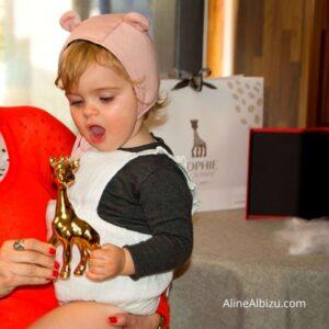 Bebé recibiendo su premio de oro