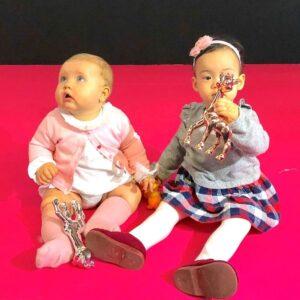 Bebés con su premio de plata y de bronce